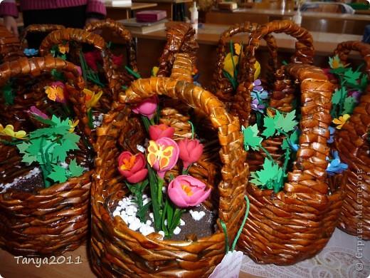 Вот такие корзинки мы сплели для мам. А в корзинках - цветы. У кого - крокусы из холодного фарфора, а у кого и цветы из бумаги. Как помогли фигурные дыроколы! Коллеги обзавидовались от таких чудес. фото 1