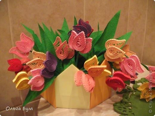 Это тюльпаны первого класса Б. Каждый по букетику - две корзинки набралось. Специально сделала корзиночки-оригами (очень классная моделька, но о ней потом) . Когда внесла  в класс - все ахнули и рты раскрыли. По-моему они сами не думали что они такое сделали. Самое приятное, что постарались их сделать своим мамам практически все. фото 1