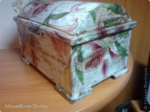 Старую деревяную шкатулочку решила сделать еще старее и понеслась...........Зашкурила.   Покрыла акриловой краской, цвет слоновая кость.   Вырезала сюжет. Наклеяла клеем для декупажа. фото 10