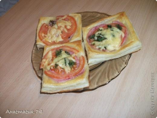 тарталетки: слоеное тесто. для начинки все что хотите. у меня была ветчина,, помидоры, сыр и зелень фото 1