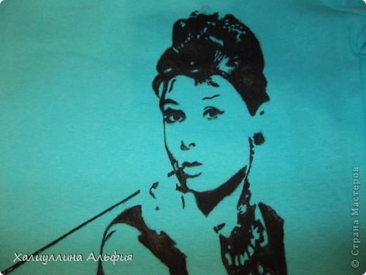 Подруге на день рождения решила подарить нужный, функциональный подарок. Но чтобы он не был банальным магазинским штамповым продуктом, решила нарисовать на нем любимую моей подругой Одри Хепберн фото 1