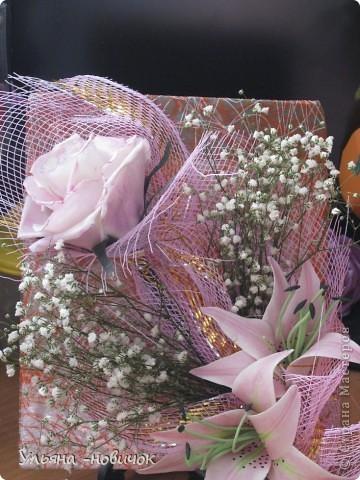 вот такой подарок маме получился у меня на 8 марта: розы и лилии из самодельного холодного фарфора. Гипсофила - настоящая, не было времени делать из фарфора, да и тейп-ленты у меня нет пока.  фото 1