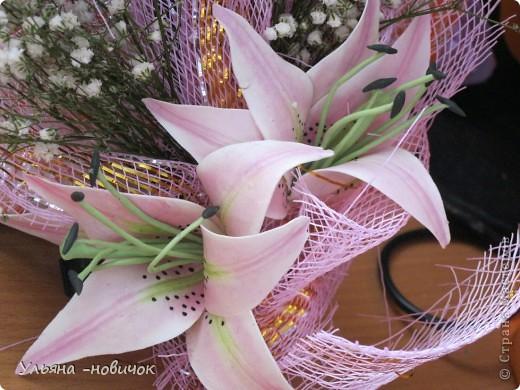 вот такой подарок маме получился у меня на 8 марта: розы и лилии из самодельного холодного фарфора. Гипсофила - настоящая, не было времени делать из фарфора, да и тейп-ленты у меня нет пока.  фото 2
