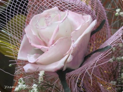 вот такой подарок маме получился у меня на 8 марта: розы и лилии из самодельного холодного фарфора. Гипсофила - настоящая, не было времени делать из фарфора, да и тейп-ленты у меня нет пока.  фото 3