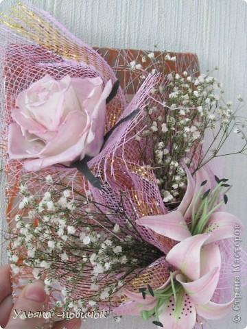 вот такой подарок маме получился у меня на 8 марта: розы и лилии из самодельного холодного фарфора. Гипсофила - настоящая, не было времени делать из фарфора, да и тейп-ленты у меня нет пока.  фото 4