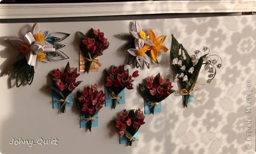 С середины февраля делала близким подарочки на 8 марта. Делала партиями=) Первыми появились вот такие магнитики: нарциссы, тюльпаны и ландыш. Удобно устроилась весёлая компания на холодильнике. фото 5