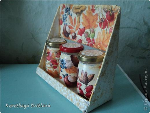 Племяннице к 8 марта сделала такой подарочек. Сама полочка из картона, перекладинки-шпажки, баночки от детского питания, яичное кракле. фото 12