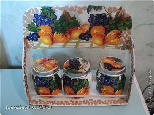 Племяннице к 8 марта сделала такой подарочек. Сама полочка из картона, перекладинки-шпажки, баночки от детского питания, яичное кракле. фото 1