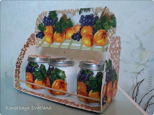 Племяннице к 8 марта сделала такой подарочек. Сама полочка из картона, перекладинки-шпажки, баночки от детского питания, яичное кракле. фото 3