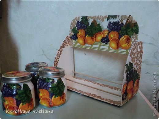 Племяннице к 8 марта сделала такой подарочек. Сама полочка из картона, перекладинки-шпажки, баночки от детского питания, яичное кракле. фото 4