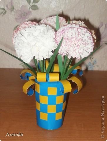 Эти цветочки мы делали вместе с дочкой (ей 6 лет) в школу к 8 Марта.
