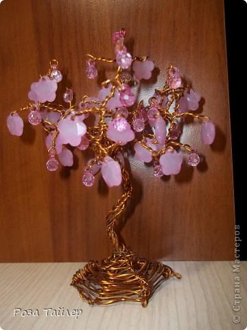 Это мое первое дерево:) Идея, как это обычно у меня и бывает, возникла сама собой!:) Когда моя заколка рассыпалась, мне захотелось сделать из оставшихся бусинок деревце. вот что получилось:))) фото 1