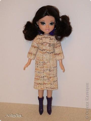 """Очень люблю одевать маленьких """"фигуристых"""" кукол. А когда дочке подарили МOXIE, влюбилась в нее. Все эти наряды были связаны на одном дыхании уже давно, еще осенью. Но все никак не могла выбрать время, чтобы устроить кукле фотоссесию... Теперь все сфотографировано и я могу показать вам свою работу. фото 4"""