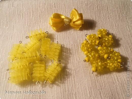 Предлагаю вам сделать вот такие симпатичные лимонные яркие бусы для теплого времени года. Делаются они не сложно, по времени - 2-3 часа. Особую прелесть придает использование текстильных элементов. фото 36