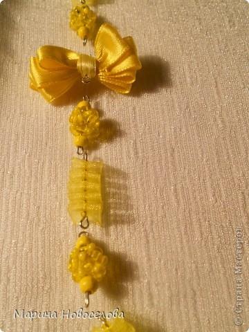 Предлагаю вам сделать вот такие симпатичные лимонные яркие бусы для теплого времени года. Делаются они не сложно, по времени - 2-3 часа. Особую прелесть придает использование текстильных элементов. фото 38
