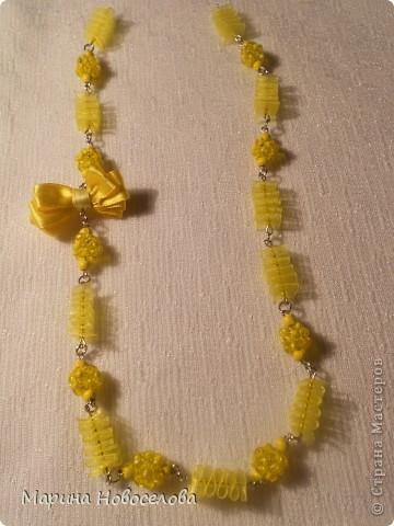 Предлагаю вам сделать вот такие симпатичные лимонные яркие бусы для теплого времени года. Делаются они не сложно, по времени - 2-3 часа. Особую прелесть придает использование текстильных элементов. фото 44