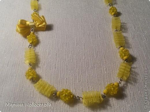 Предлагаю вам сделать вот такие симпатичные лимонные яркие бусы для теплого времени года. Делаются они не сложно, по времени - 2-3 часа. Особую прелесть придает использование текстильных элементов. фото 48