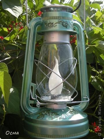 """Как-то загорелась идеей поставить на кухню свою для создания атмосферы уюта электрическую лампу, переделанную из керосиновой! Так как вся моя кухня пестрит цветом """"Венге"""" и пастельным молочным и бежевым цветами, то решила исполнить найденную в деревне лампу в тёмно-темно коричневом цвете с трафаретным рисунком бежевого цвета. Таким образом, лампа прекрасно вписалась в общую цветовую концепцию! И надолго заразила меня такого рода переделками. Судите сами...  фото 4"""