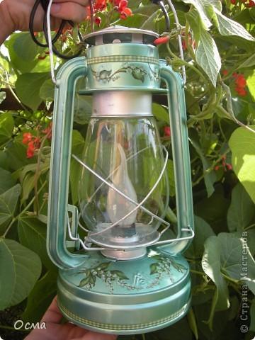 """Как-то загорелась идеей поставить на кухню свою для создания атмосферы уюта электрическую лампу, переделанную из керосиновой! Так как вся моя кухня пестрит цветом """"Венге"""" и пастельным молочным и бежевым цветами, то решила исполнить найденную в деревне лампу в тёмно-темно коричневом цвете с трафаретным рисунком бежевого цвета. Таким образом, лампа прекрасно вписалась в общую цветовую концепцию! И надолго заразила меня такого рода переделками. Судите сами...  фото 5"""