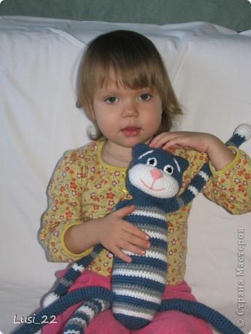 Это первая большая вязаная игрушка в моём исполнении. рост котэ стоя 50 см, сидя 30 см. фото 8