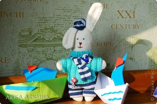Что-то я увлеклась шитьем зайчиков (наверно весна скоро:)) Вот для старшего сшился такой зайчик. Юный мечтатель, он мечтает о море и корабле...а пока играет с бумажными корабликами:) Росток у него примерно 15 см...поэтому еще кроха... фото 4