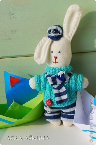 Что-то я увлеклась шитьем зайчиков (наверно весна скоро:)) Вот для старшего сшился такой зайчик. Юный мечтатель, он мечтает о море и корабле...а пока играет с бумажными корабликами:) Росток у него примерно 15 см...поэтому еще кроха... фото 1