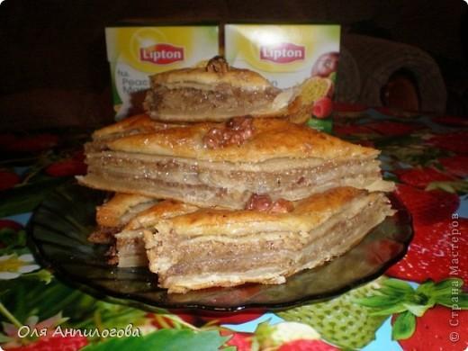 Тесто слоенное бездрожжевое, орехи грецкие, сахар и масло сливочное, немного мёда. Вкуснота!!!