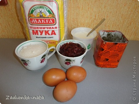 Ингредиенты: 1 ст. варенья (в оригинале клубничное), я использовала яблочное густое, 1 ст. сметаны (пробовала заменять кефиром - бисквит получается мягче, но поднимается не так), 1 ст. сахара, 3 яйца, 2 ст. муки, 1 ч.л. соды    фото 1