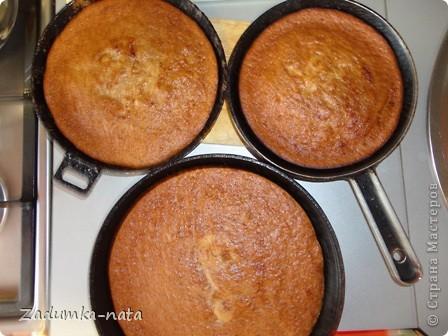 Ингредиенты: 1 ст. варенья (в оригинале клубничное), я использовала яблочное густое, 1 ст. сметаны (пробовала заменять кефиром - бисквит получается мягче, но поднимается не так), 1 ст. сахара, 3 яйца, 2 ст. муки, 1 ч.л. соды    фото 3