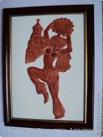 По грузински бубен - даира. Эту танцовщицу мы увидели вырезанной из дерева на дорогих нардах (крышке коробки). Очень понравилась и воссоздала дома из глины. фото 1