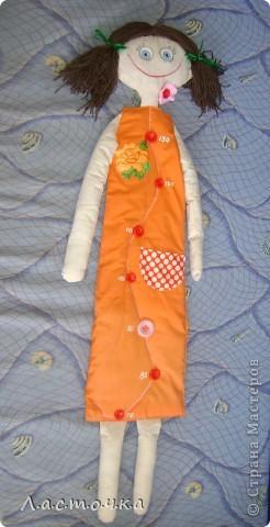 Добрый день дорогие жители страны мастеров!Это кукла-ростомер предназначена для измерения роста детей.Она вешается на стену от 70 см.Эту куклу шила на кружке, шили кто кого хочет у кого-то это были мальчики, у кого-то девочки.Эту куклу собираюсь подарить своей племяннице ей сейчас 3 годика, и она как раз для нее.Платье куклы покрашено в ярко оранжевый цвет.Руки, ноги, голова из белой ткани, покрашенной вчае фото 1