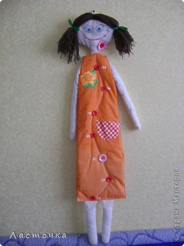 Добрый день дорогие жители страны мастеров!Это кукла-ростомер предназначена для измерения роста детей.Она вешается на стену от 70 см.Эту куклу шила на кружке, шили кто кого хочет у кого-то это были мальчики, у кого-то девочки.Эту куклу собираюсь подарить своей племяннице ей сейчас 3 годика, и она как раз для нее.Платье куклы покрашено в ярко оранжевый цвет.Руки, ноги, голова из белой ткани, покрашенной вчае фото 2