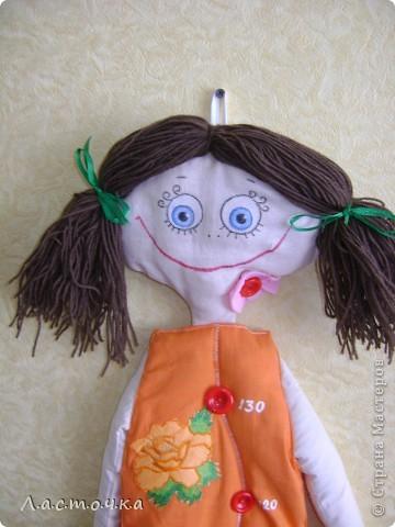 Добрый день дорогие жители страны мастеров!Это кукла-ростомер предназначена для измерения роста детей.Она вешается на стену от 70 см.Эту куклу шила на кружке, шили кто кого хочет у кого-то это были мальчики, у кого-то девочки.Эту куклу собираюсь подарить своей племяннице ей сейчас 3 годика, и она как раз для нее.Платье куклы покрашено в ярко оранжевый цвет.Руки, ноги, голова из белой ткани, покрашенной вчае фото 3