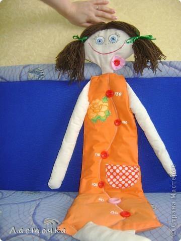 Добрый день дорогие жители страны мастеров!Это кукла-ростомер предназначена для измерения роста детей.Она вешается на стену от 70 см.Эту куклу шила на кружке, шили кто кого хочет у кого-то это были мальчики, у кого-то девочки.Эту куклу собираюсь подарить своей племяннице ей сейчас 3 годика, и она как раз для нее.Платье куклы покрашено в ярко оранжевый цвет.Руки, ноги, голова из белой ткани, покрашенной вчае фото 7