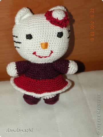 http://kru4ok.ru/master-klass-po-vyazaniyu-amigurumi-hello-kitty/  вот МК...спасибо огромное фото 1