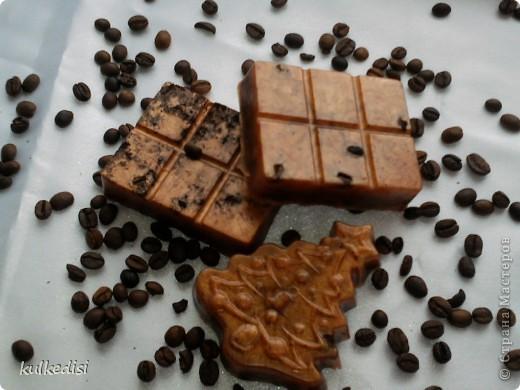Мое первое мыло. Делала в подарок учительнице польского.  Состав: зерна кофе,молотый кофе, эфирное масло с ароматом корицы, абрикосовое косметическое масло, брозновый краситель,мыльная основа.  Подсмотрела идею такого мыла вот тут,автор утверждает,что очень хорошо помогает от целлюлита))) https://stranamasterov.ru/node/254705