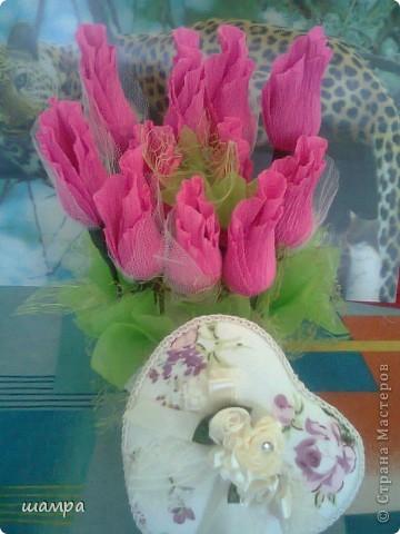 Приветствую Вас мастерицы!!!!!!!!!!!   Мой средний сынуля захотел подарить девочке подарок на 8 марта шкатулку. Ну и как всем мальчишкам,  подросткового возраста, хочется подарить и конфеты и цветы. Я совместила и вот, что получилось: фото 1