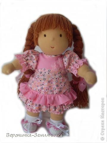 Кто сказал, что мечта должна быть обязательно голубая? Это девчушка готова поспорить: мечта может быть, например,  розовой! Изготовлена куколка из качественного трикотажа светло-персикового цвета. Наполнитель – 100%овечья шерсть. Волосы (50% шерсть + 50% меринос) равномерно вшиты по поверхности головы, что позволяет расчесывать куклу и делать ей различные прически. Вся одежда съемная: платье из чистого хлопка, украшено шитьем и милыми цветочками, розовые панталончики также украшены шитьем; носочки – х/б трикотаж, туфельки  связаны крючком. фото 1