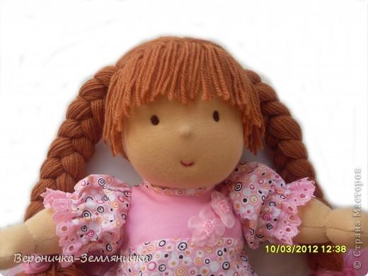Кто сказал, что мечта должна быть обязательно голубая? Это девчушка готова поспорить: мечта может быть, например,  розовой! Изготовлена куколка из качественного трикотажа светло-персикового цвета. Наполнитель – 100%овечья шерсть. Волосы (50% шерсть + 50% меринос) равномерно вшиты по поверхности головы, что позволяет расчесывать куклу и делать ей различные прически. Вся одежда съемная: платье из чистого хлопка, украшено шитьем и милыми цветочками, розовые панталончики также украшены шитьем; носочки – х/б трикотаж, туфельки  связаны крючком. фото 2