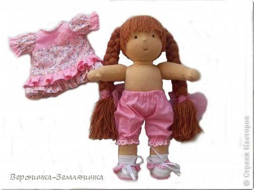 Кто сказал, что мечта должна быть обязательно голубая? Это девчушка готова поспорить: мечта может быть, например,  розовой! Изготовлена куколка из качественного трикотажа светло-персикового цвета. Наполнитель – 100%овечья шерсть. Волосы (50% шерсть + 50% меринос) равномерно вшиты по поверхности головы, что позволяет расчесывать куклу и делать ей различные прически. Вся одежда съемная: платье из чистого хлопка, украшено шитьем и милыми цветочками, розовые панталончики также украшены шитьем; носочки – х/б трикотаж, туфельки  связаны крючком. фото 3