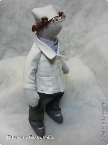 """Вот  такой  образ доктора у меня получился.   Думала в календарь войдет этот день 30 марта """"День доктора"""", но  увы... на 30 марта такой  даты  не оказалось..  Поэтому  решила выставить ...даже  придумывала  сопровождение..   Интерьерная кукла """"Доктор""""  станет  прекрасным подарком  знакомыи  докторам.  Украсит  регистратуру  десткой клиники.  Будет  превлекательным талисманом   в  любой клинеке на  ресепшине, в кабинете доктора, процедурном кабинете. Детской стоматологии..  День доктора!!!  Первое празднование Дня доктора (Doctors' Day) произошло 30 марта 1933 года в Бэроу Кантри, штат Джорджия. Идея празднования принадлежит Эодоре Элмонд - жене доктора Чарльза Элмонда.  Отмечать праздник именно в этот день было предложено в ознаменовании годовщины со дня первого применения анестезии доктором Крауфордом Лонгом в 1842 году. фото 4"""