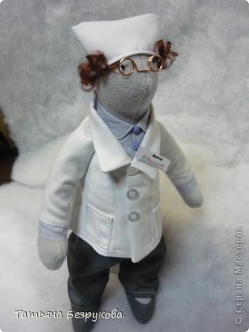 """Вот  такой  образ доктора у меня получился.   Думала в календарь войдет этот день 30 марта """"День доктора"""", но  увы... на 30 марта такой  даты  не оказалось..  Поэтому  решила выставить ...даже  придумывала  сопровождение..   Интерьерная кукла """"Доктор""""  станет  прекрасным подарком  знакомыи  докторам.  Украсит  регистратуру  десткой клиники.  Будет  превлекательным талисманом   в  любой клинеке на  ресепшине, в кабинете доктора, процедурном кабинете. Детской стоматологии..  День доктора!!!  Первое празднование Дня доктора (Doctors' Day) произошло 30 марта 1933 года в Бэроу Кантри, штат Джорджия. Идея празднования принадлежит Эодоре Элмонд - жене доктора Чарльза Элмонда.  Отмечать праздник именно в этот день было предложено в ознаменовании годовщины со дня первого применения анестезии доктором Крауфордом Лонгом в 1842 году. фото 5"""
