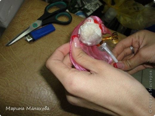 Я опишу как сделать вот такой красивый букетик из 17 конфет рафаэлло, но возможен вариант и в 13 конфет и в 5 конфет. также это необязательно должны быть рафаэлки. фото 13