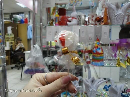 Я опишу как сделать вот такой красивый букетик из 17 конфет рафаэлло, но возможен вариант и в 13 конфет и в 5 конфет. также это необязательно должны быть рафаэлки. фото 12
