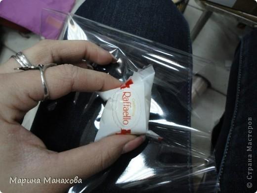 Я опишу как сделать вот такой красивый букетик из 17 конфет рафаэлло, но возможен вариант и в 13 конфет и в 5 конфет. также это необязательно должны быть рафаэлки. фото 4