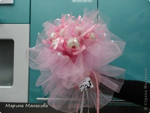 Я опишу как сделать вот такой красивый букетик из 17 конфет рафаэлло, но возможен вариант и в 13 конфет и в 5 конфет. также это необязательно должны быть рафаэлки. фото 17
