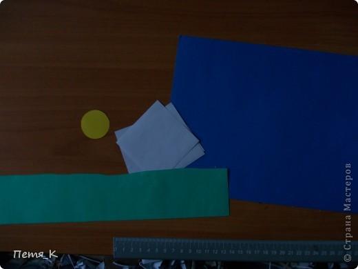 Чтобы сделать гусей, летящих на юг надо 1 жёлтый круг, 1 лист синего картона, 1 зелёная полоска и от 3-х листочков белой бумаги размерами 9х9. фото 2