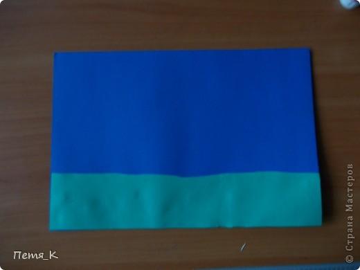 Чтобы сделать гусей, летящих на юг надо 1 жёлтый круг, 1 лист синего картона, 1 зелёная полоска и от 3-х листочков белой бумаги размерами 9х9. фото 3