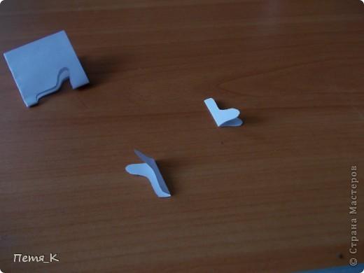 Чтобы сделать гусей, летящих на юг надо 1 жёлтый круг, 1 лист синего картона, 1 зелёная полоска и от 3-х листочков белой бумаги размерами 9х9. фото 7