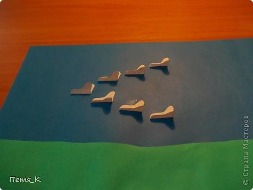 Чтобы сделать гусей, летящих на юг надо 1 жёлтый круг, 1 лист синего картона, 1 зелёная полоска и от 3-х листочков белой бумаги размерами 9х9. фото 10